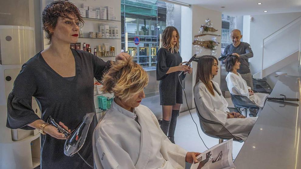 El Gobierno rectifica y cierra las peluquerías en toda España tras...