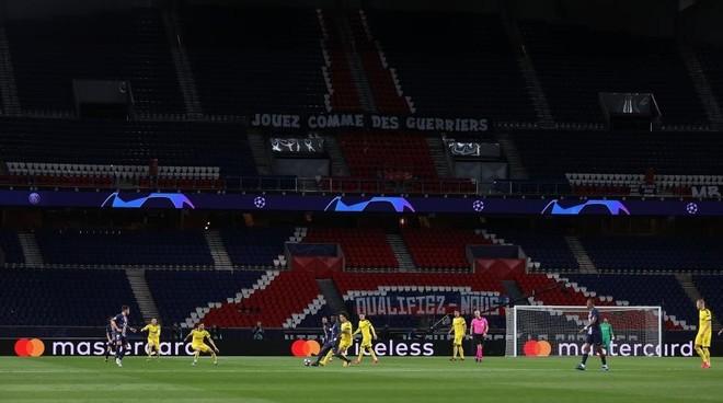 PSG y Borussia Dortmund jugando con el Parque de los príncipes...