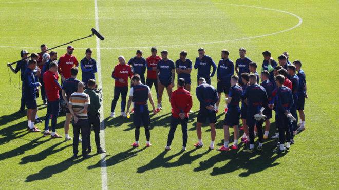 Charla de Paco López antes del último entrenamiento del Levante.