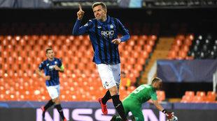 Ilicic celebra uno de sus cuatro goles en Mestalla.