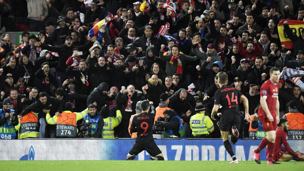 Morata celebra el gol conseguido en Anfield.
