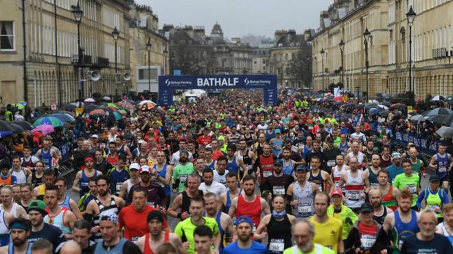Corredores en el Medio Maratón de Bath.