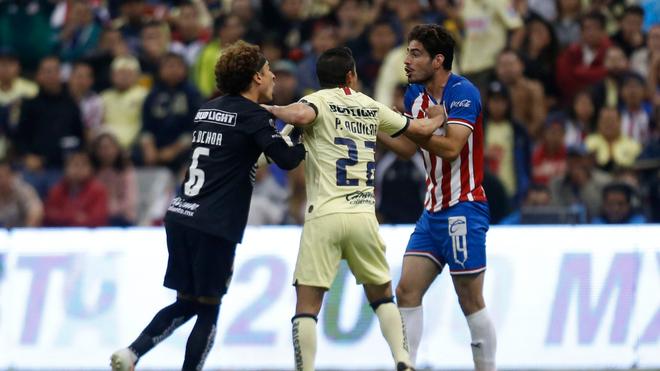 Ochoa encara a Antonio Briseño.