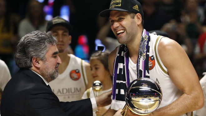 Felipe Reyes recibe la Copa del Rey, el último título que ha...