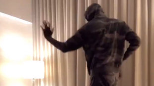 Tacko Fall bailando en el salón de su casa