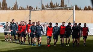 Los jugadores del Albacete trasladan una portería durante un...
