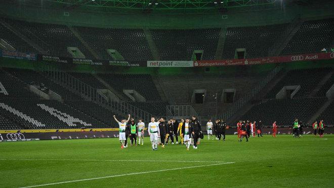 Panorámica del Borussia Park vacío con los futbolistas del Gladbach...