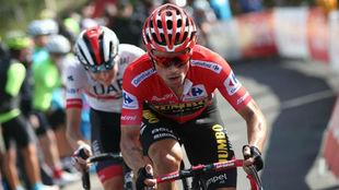 Primoz Roglic, en primer plano, en la pasada Vuelta.