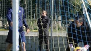 Miguel Ángel Campos observa un entrenamiento del Cádiz