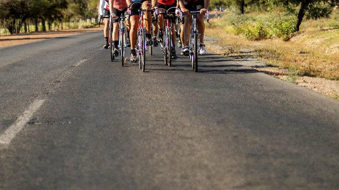 Varios ciclistas, en carretera