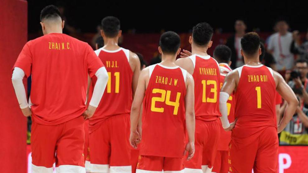 Jugadores chinos se retiran al vestuario tras un partido.