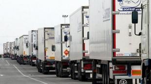 Una caravana de camiones frigoríficos