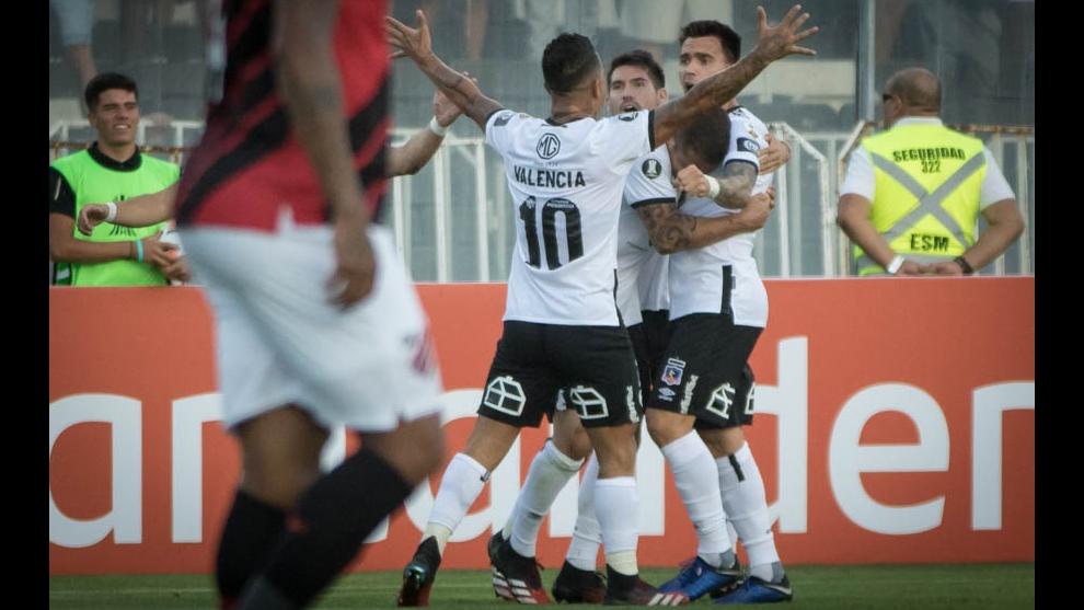 Los futbolistas de Colo Colo celebran un gol