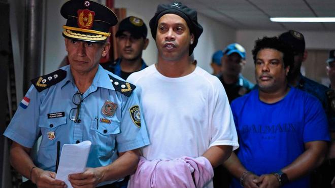 Ronaldinho esposado en la cárcel de Paraguay.