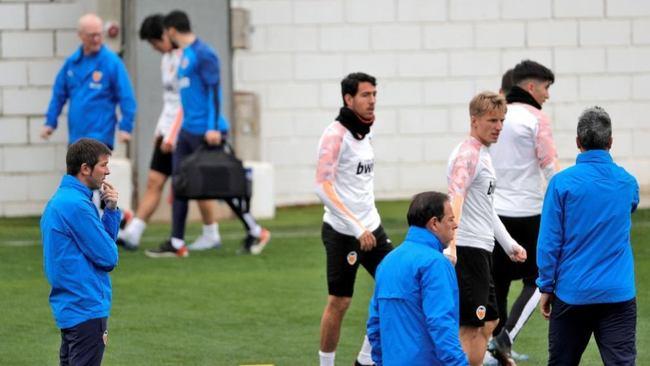 Celades, jugadores y miembros del cuerpo médico del Valencia, en un...