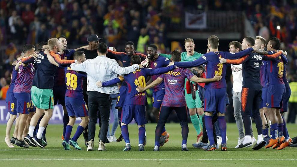 Los futbolistas del Barcelona celebran un título.