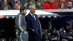 Ximo Mas conversa con Zidane en un partido en el Bernabéu.