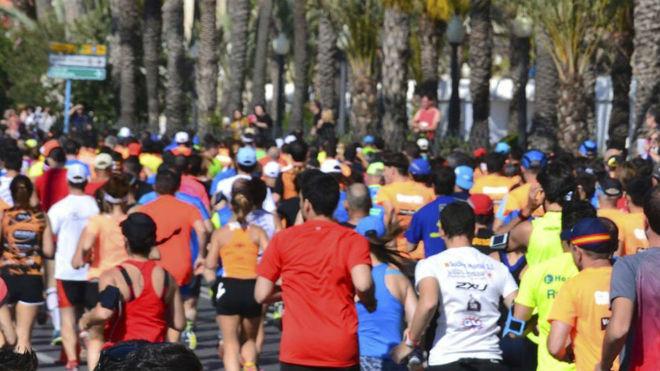 Cientos de corredores, en el medio maratón de Alicante