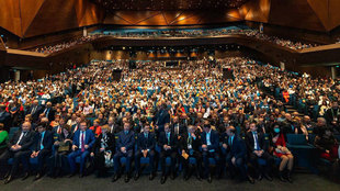 Ceremonia de inauguración con el público sin mascarillas salvo la...