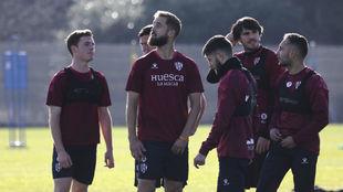 Pulido y otros compañeros durante un entrenamiento del Huesca de esta...