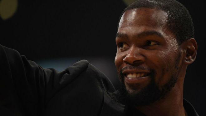 Kevin Durant viajó con sus compañeros a su gira de partidos por el...