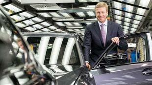 El consejero delegado de BMW Group, Oliver Zipse, en una fábrica del...