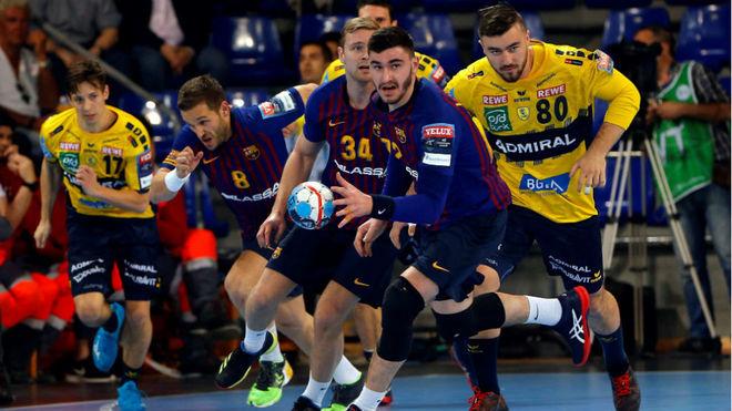 Kohlbacher, primero por la derecha, en un partido contra el Barcelona...