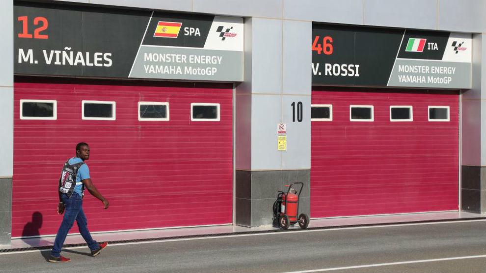 Los boxes cerrados de MotoGP en Losail.