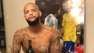 Melo, delante de un póster suyo con Messi en una imagen suya en redes...