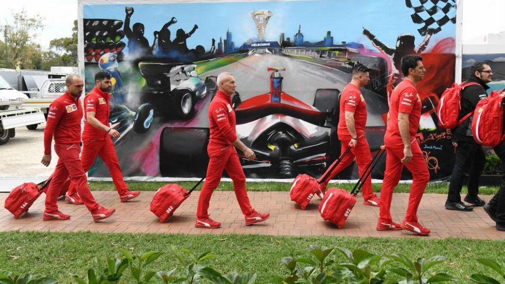 Miembros del equipo Ferrari, abandonando el circuito de Melbourne.