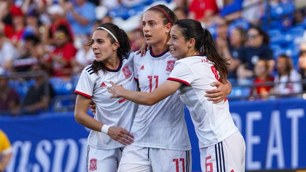 Marta Cardona, Alexia Putellas y Aitana Bonmatí celebran un gol ante...