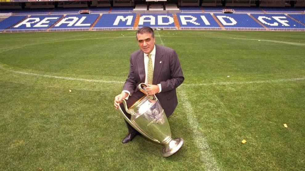 Lorenzo Sanz, posando con la Séptima en el Santiago Bernabéu