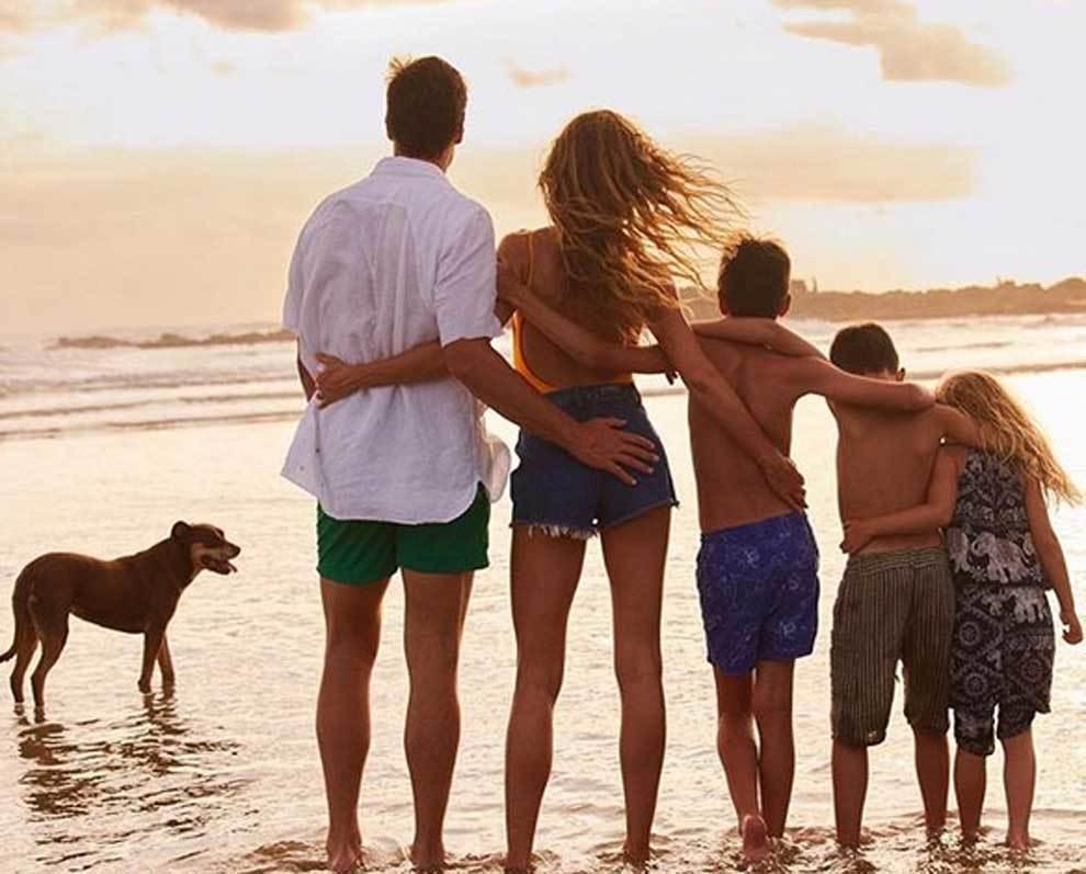 Tom Brady y Gisele Bündchen posando junto a sus hijos