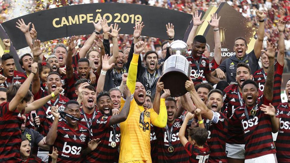 Los jugadores del Flamengo levantan el título de la Libertadores en...