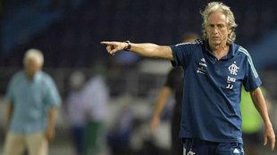 Jorge Jesús da instrucciones durante un partido de Copa Libertadores.