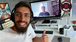 Borja Iglesias, en su casa, durante la 'teleentrevista' con...