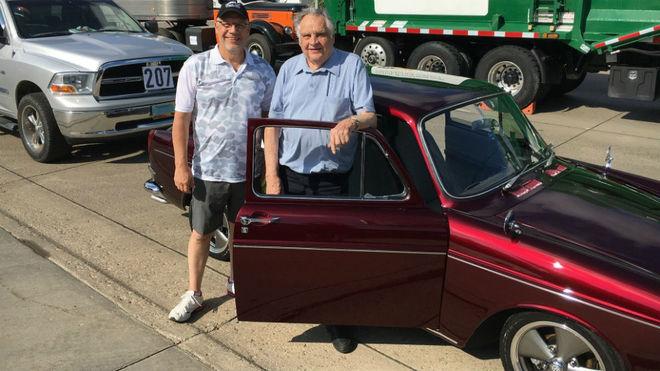 Lynn Pfenning y su padre Marvin, con el Tipo 3 fastback de 1967.