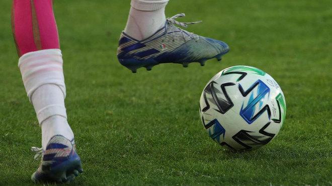 Imagen de un futbolista golpeando el balón de la MLS.