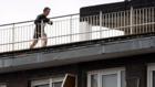 Un hombre haciendo deporte en una azotea.