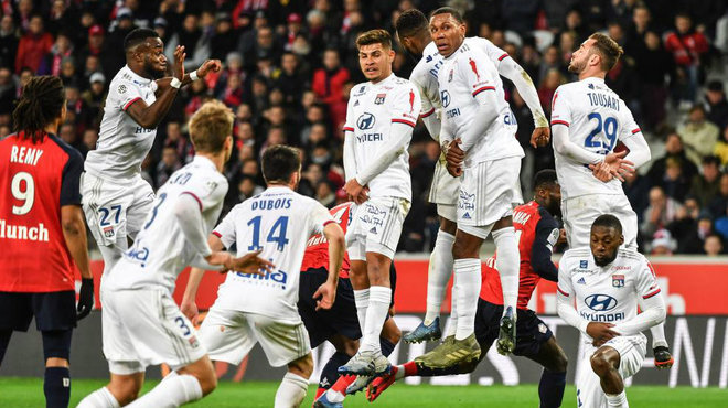 Jugadores del Lyon, durante un partido de Ligue 1.