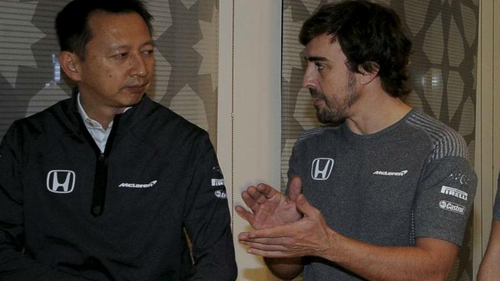Alonso, con Hasegawa, de Honda, en 2017.