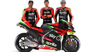 Iannone, el probador Bradley Smith y Aleix Espargaró, con la Aprilia...