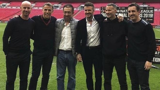 Peter Lim junto a Beckham, los hermanos Neville y Ryan Giggs.