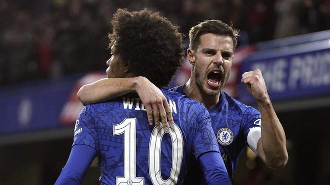 Azpilicueta celebra un gol con Willian.