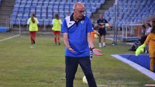 Antonio Toledo dando instrucciones durante un partido.