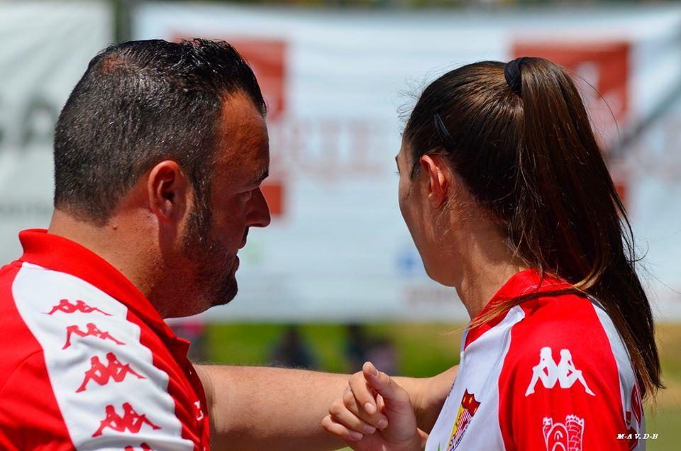 Juan Carlos Antúnez dando instrucciones a una de sus jugadoras.