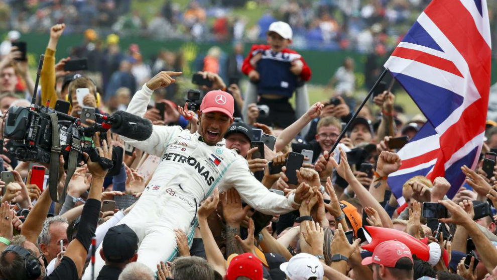 Hamilton, manteado por los aficionados, tras ganar en Silverstone en...