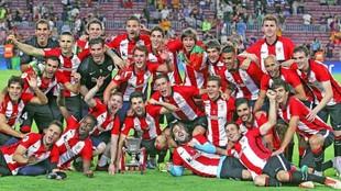 Laporte celebra la Supercopa de España junto al resto de sus...