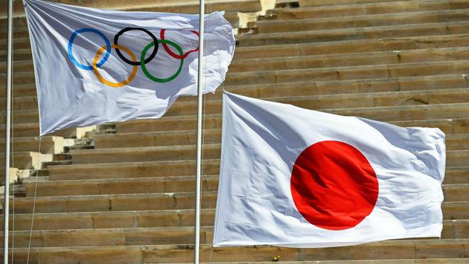 La bandera olímpica junto a la de Japón en Atenas.