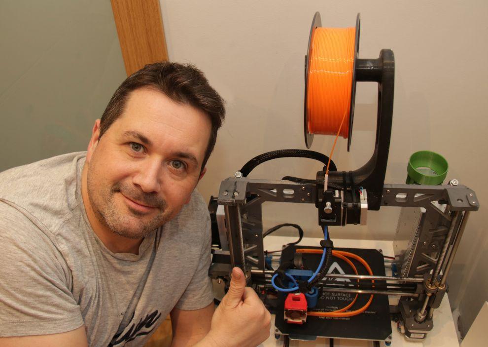 Mario Caviedes con su impresora 3D.